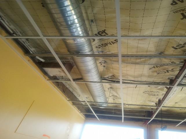 Gaine de ventilation en plafond des classes