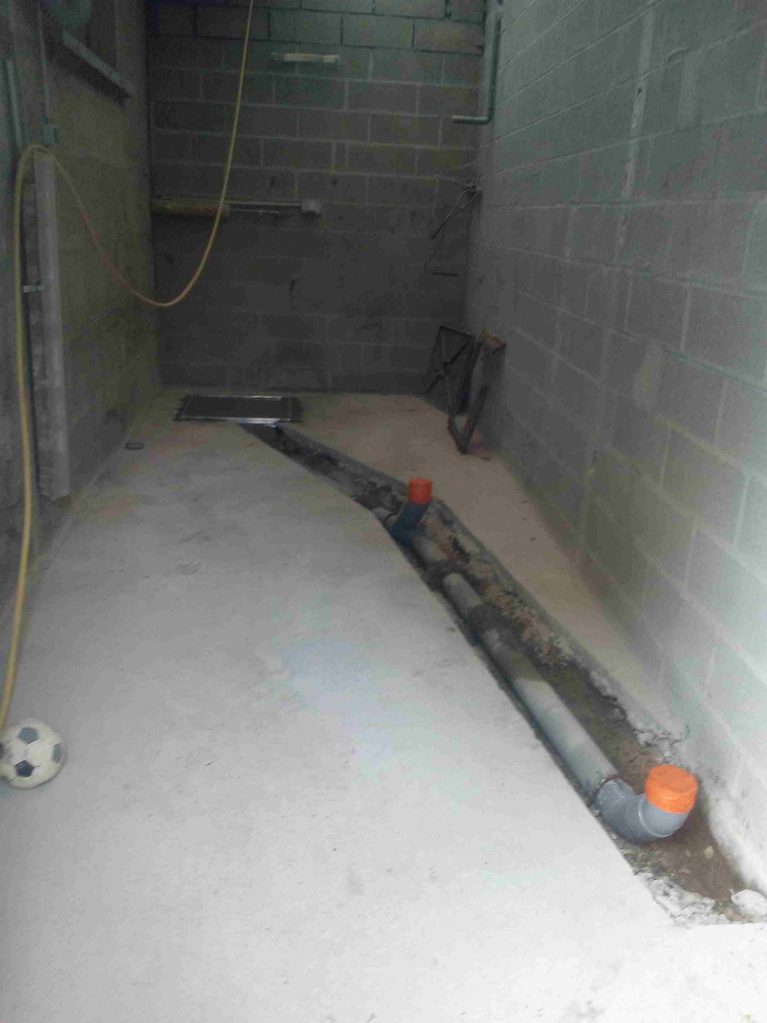 Mise en place des canalisation pour le futur toilette pour personne à mobilité réduite