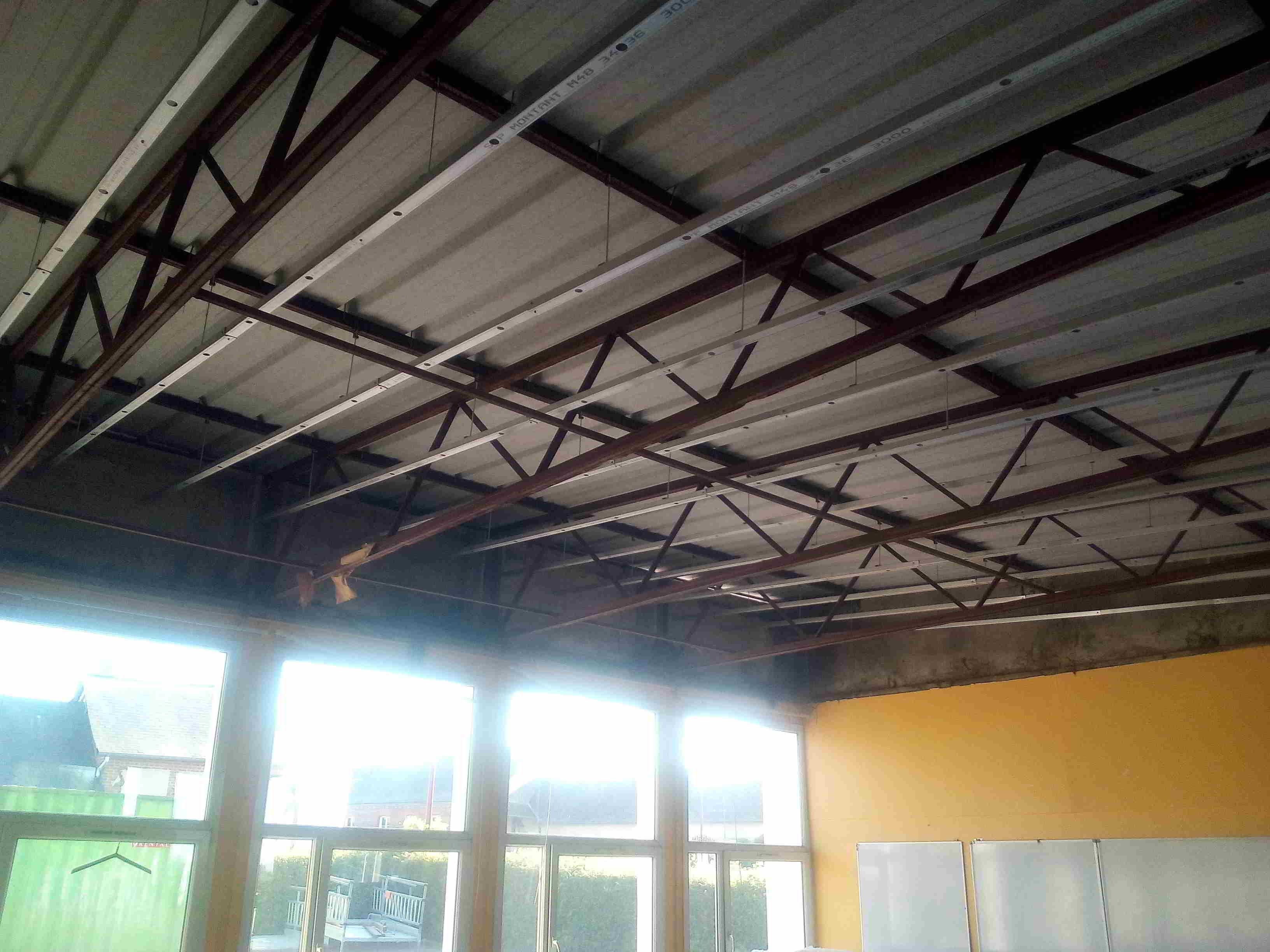 Isolation du plafond des classes:pose des rails