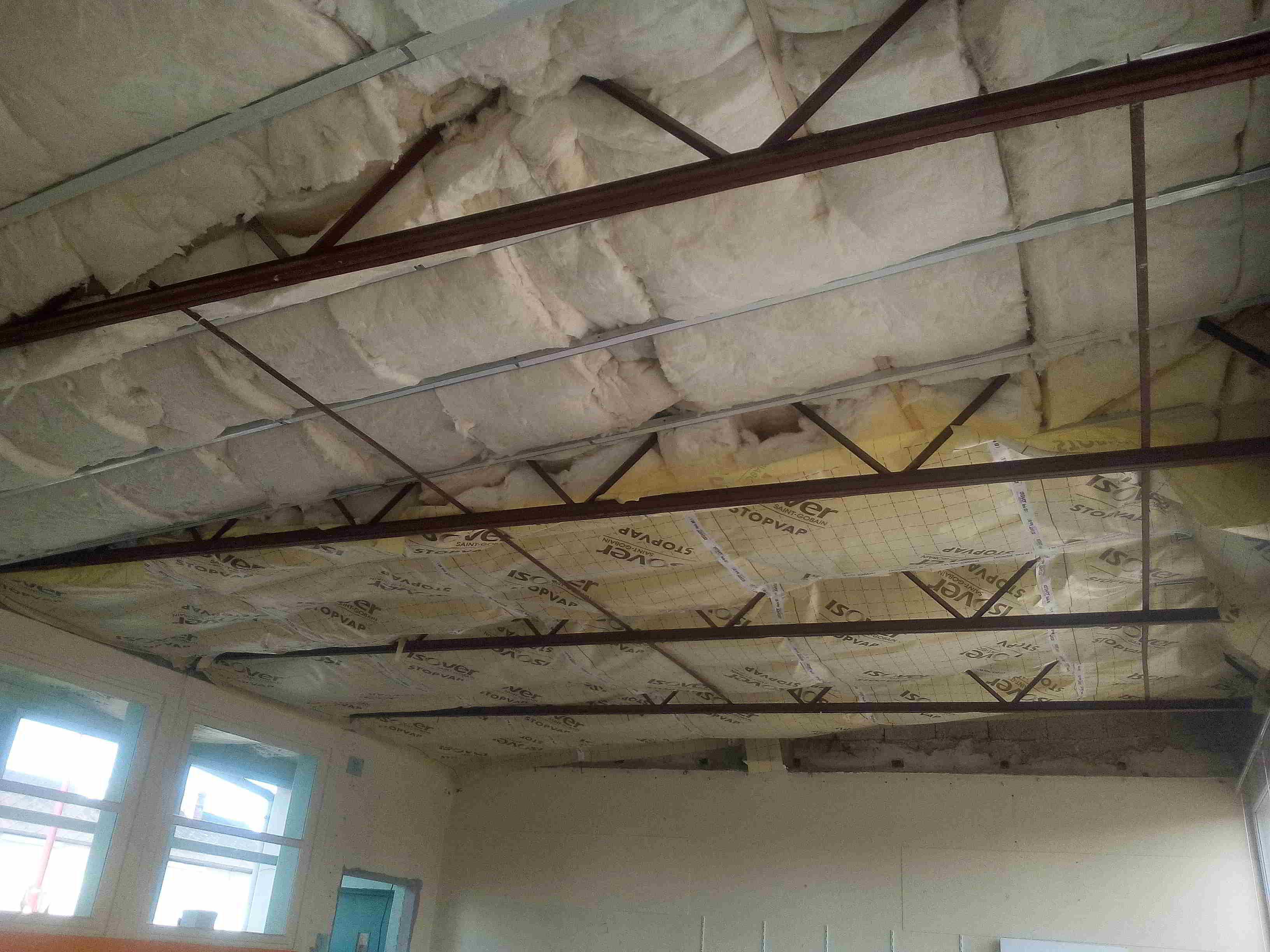 Isolation du plafond des classes:pose de la laine de verre