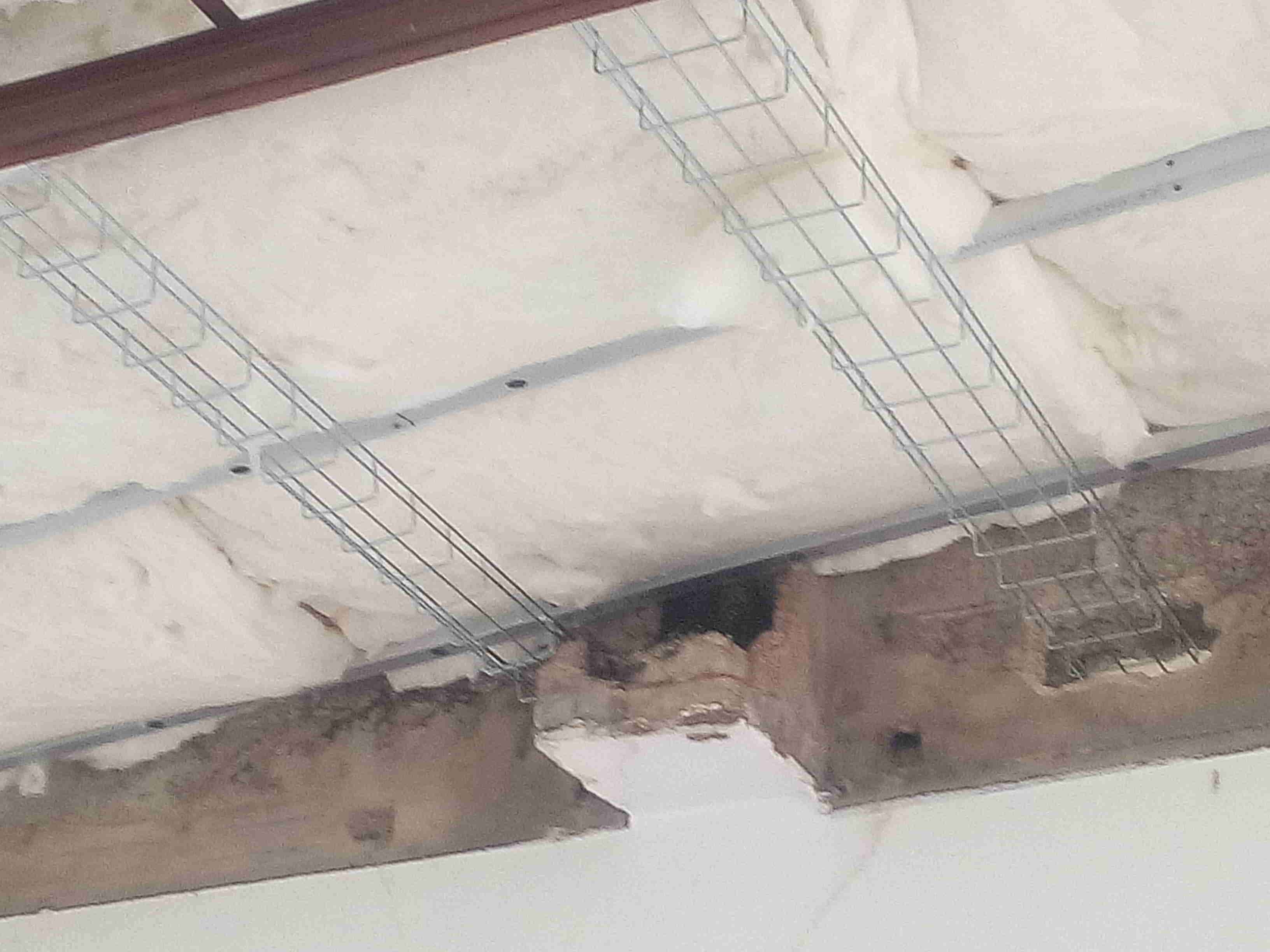 Pose des chemins de câbles en plafond