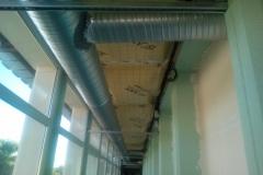 Gaine de ventilation en plafond du couloir